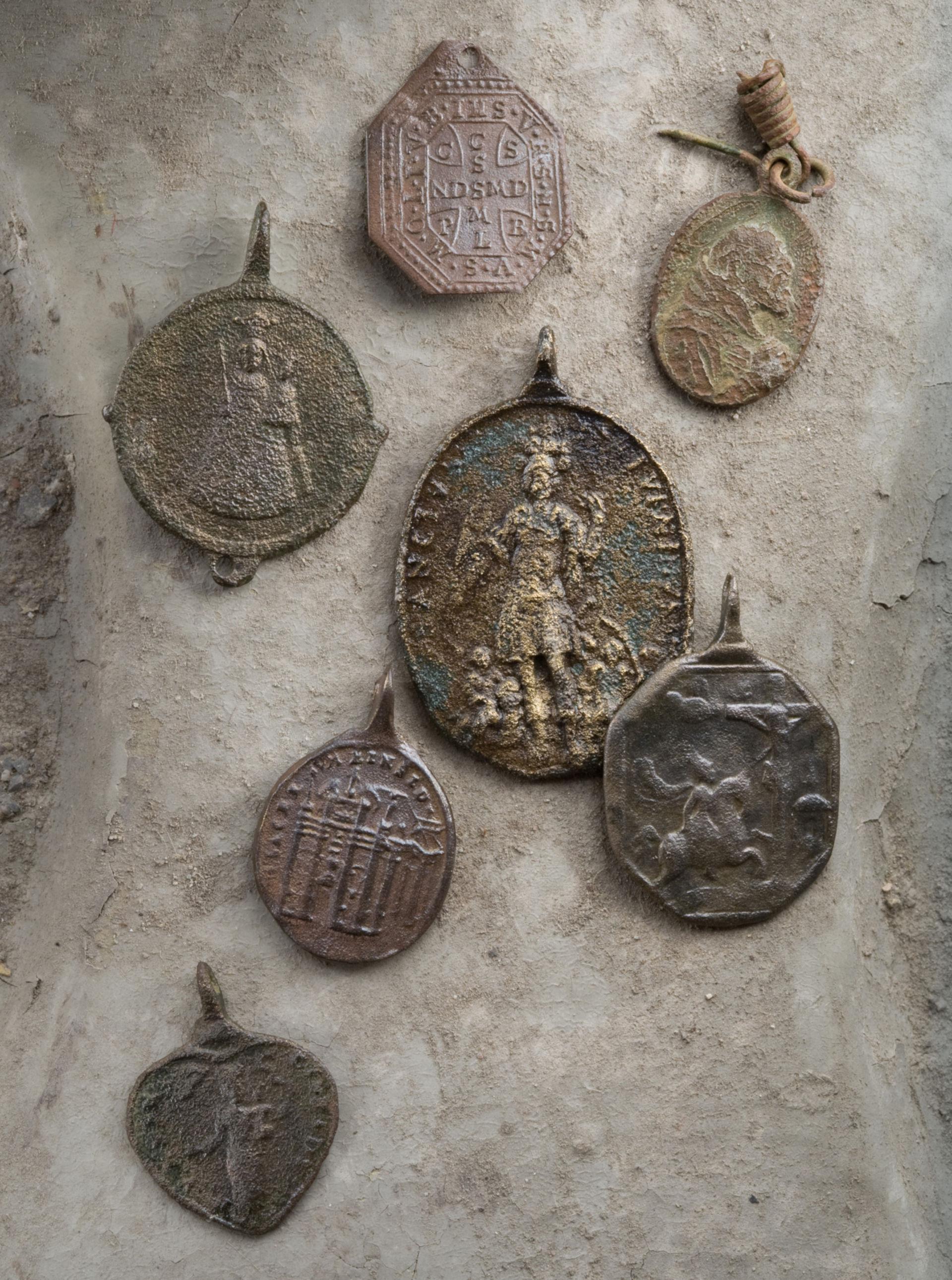 Zahlreiche Pilger besuchten Rheinau im 17. bis 19. Jahrhundert. Immer wieder verloren sie Abzeichen, die sie von einer ihrer Wallfahrten mitbrachten. Crediti photo: © Kantonsarchäologie Zürich).