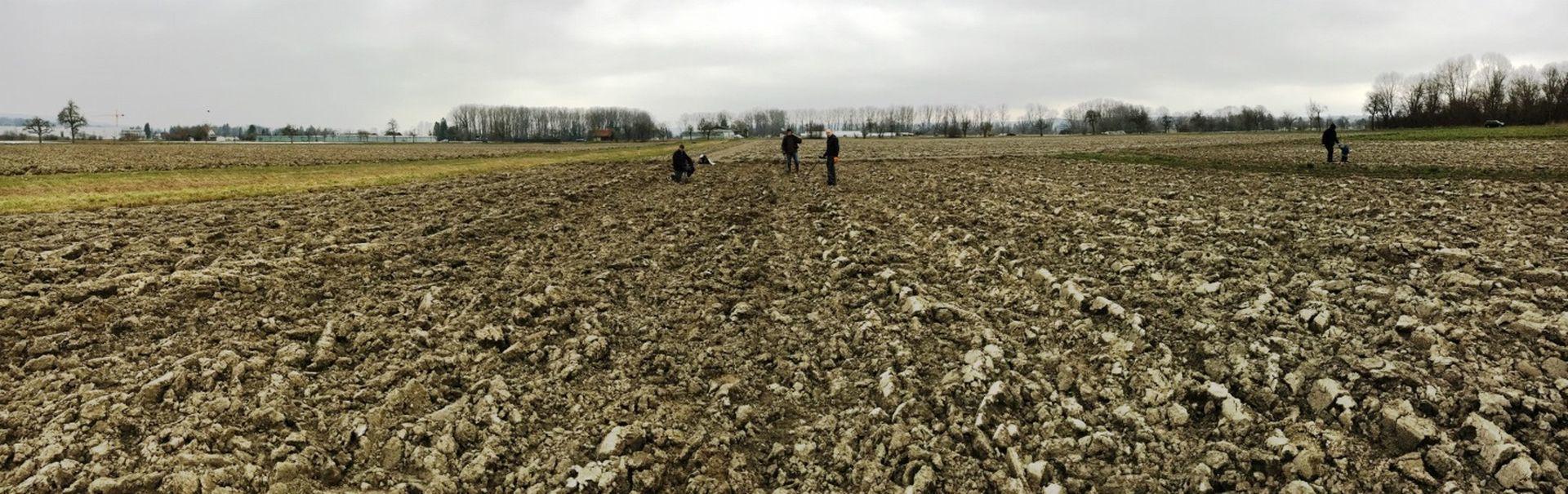 Die glücklichen Finder auf einem Feld in Tägerwilen. Photo credits: © 2018 Amt für Archäologie des Kantons Thurgau (Foto: Urs Leuzinger).