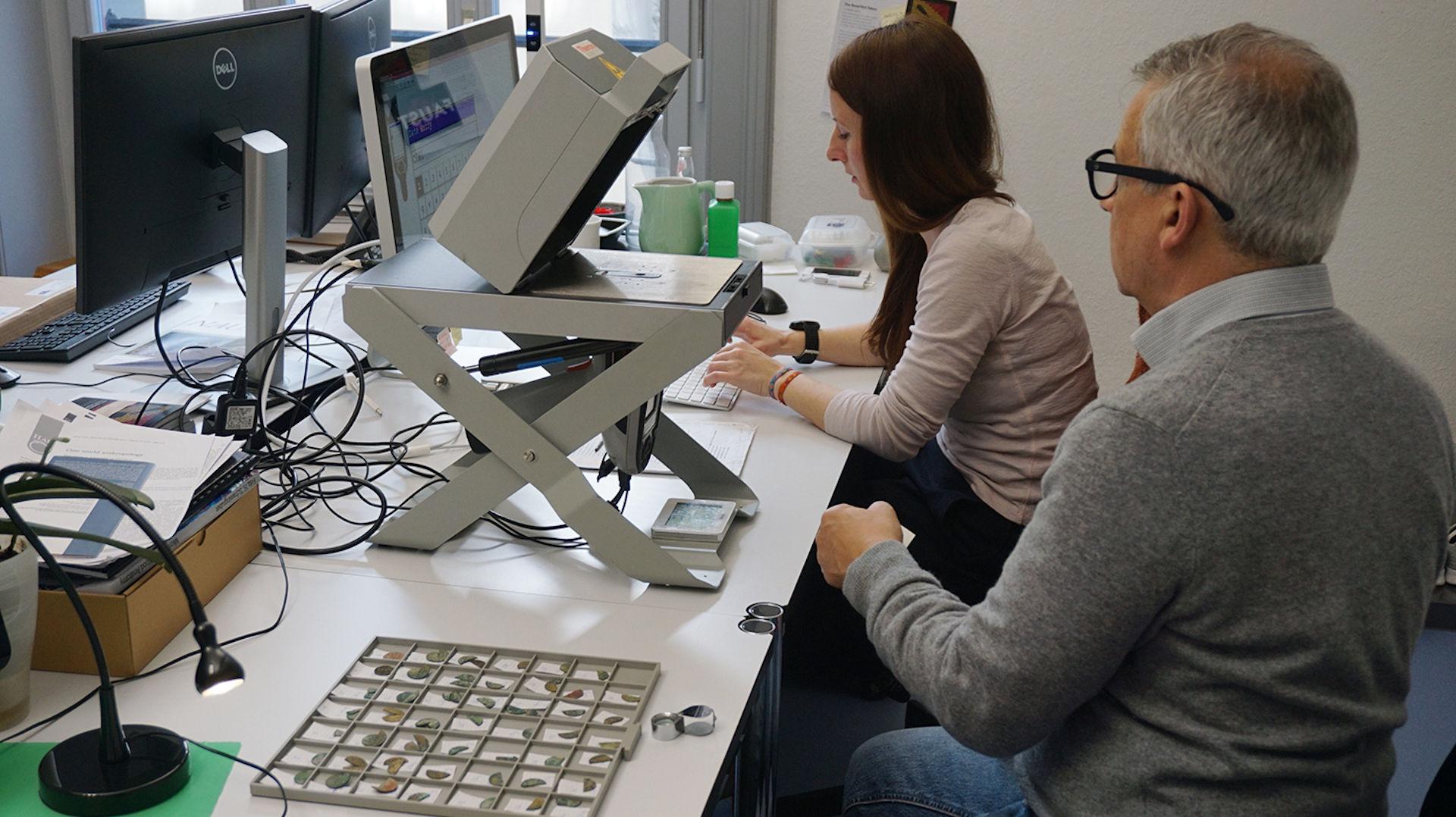 Caroline Heitz und Markus Peter bei der Metallanalyse am pXRF-Analysegerät im Institut für Archäologische Wissenschaften der Universität Bern. Photo credits: © 2020 Rahel C. Ackermann (IFS).