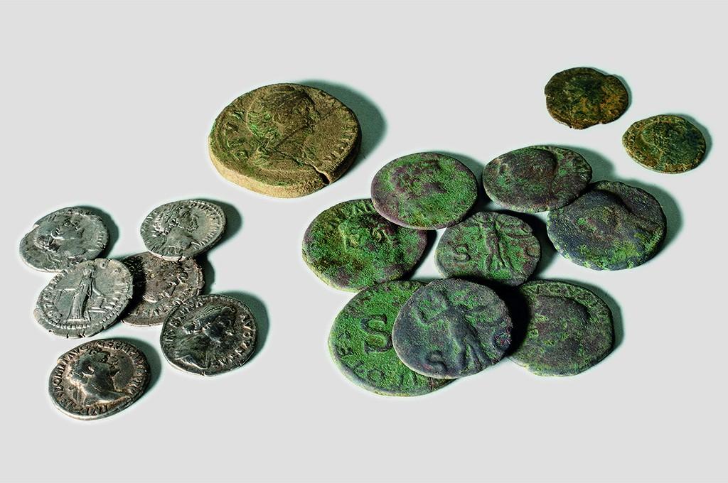 Die verschiedenen römischen Münzen und Kleinstensembles vom Adler. Foto: Archäologie Baselland.