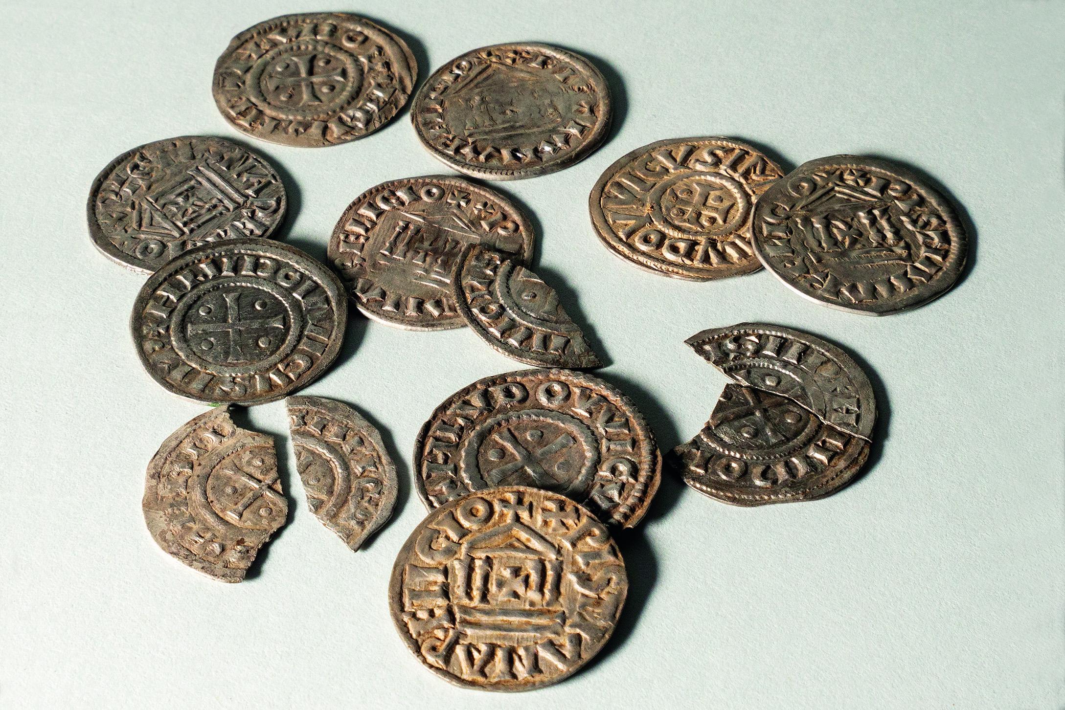 Zwölf silberne Denare (Dm. ca. 2,1 cm), geprägt in den Jahren 822/823–840 unter Ludwig dem Frommen, gefunden auf dem Horn bei Pratteln. Foto: Archäologie Baselland.