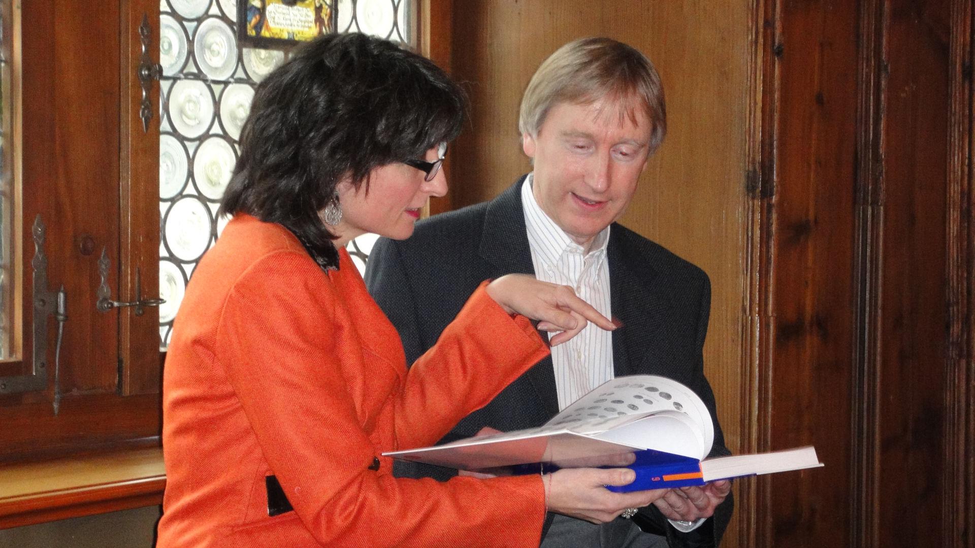 Regierungsrätin Manuela Weichelt-Picard und Buchautor Stephen Doswald