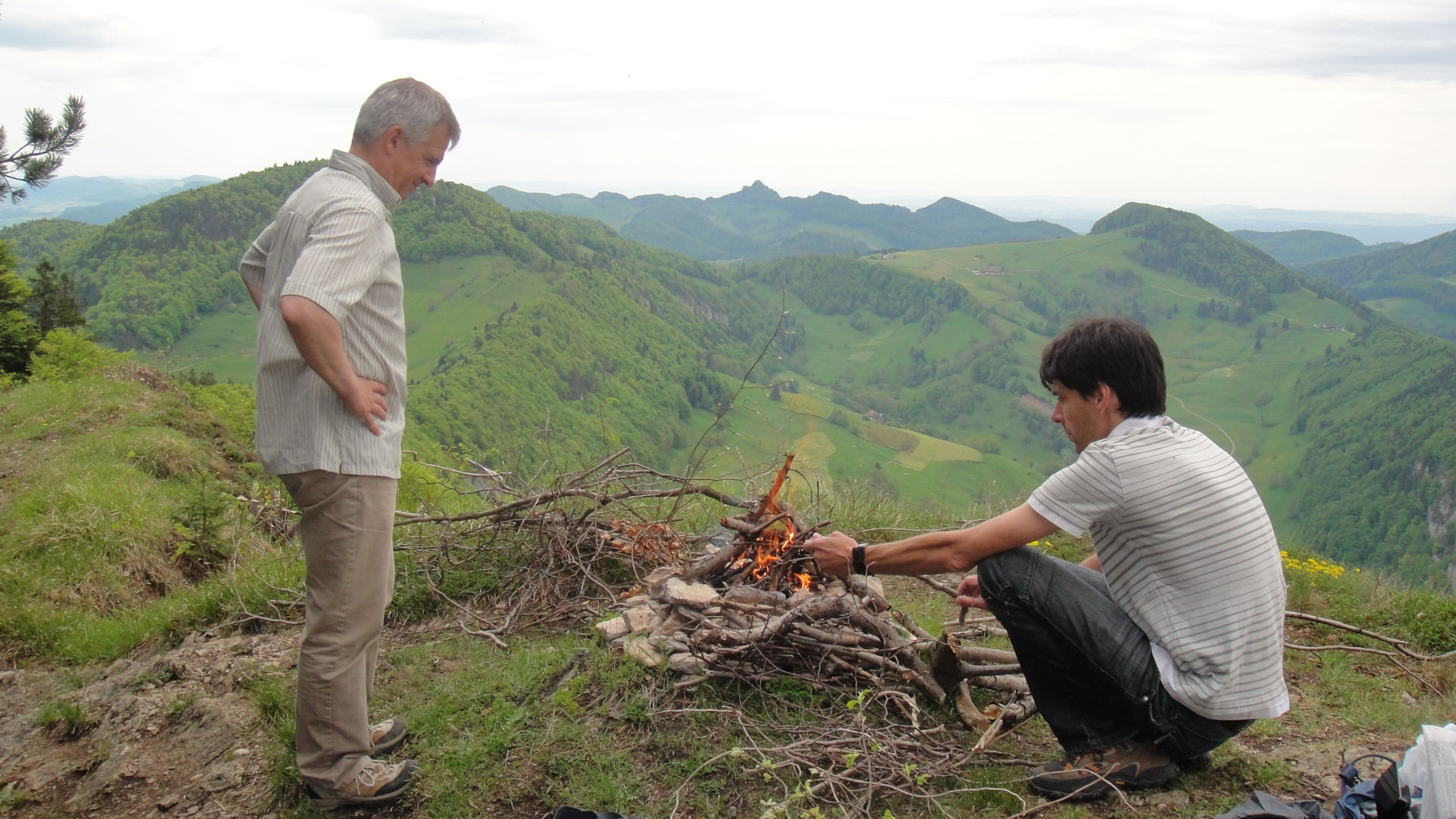 IFS-Wanderung über den Passwang: Markus Peter und José Diaz Tabernero gönnen sich einen leckeren Chlöpfer