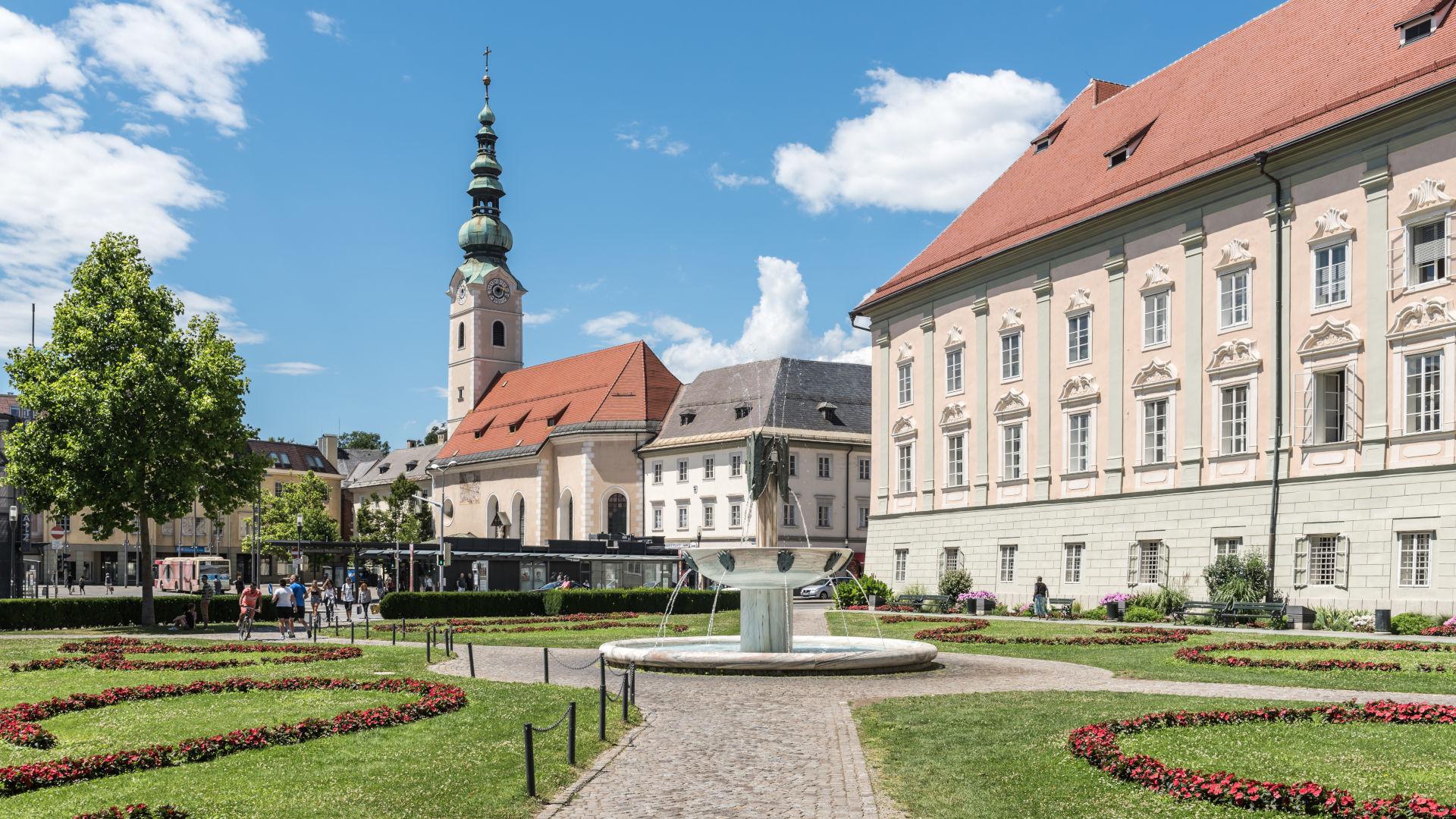 Klagenfurt, Heiligengeistkirche, Brunnen «Der Gesang» und Landhaus