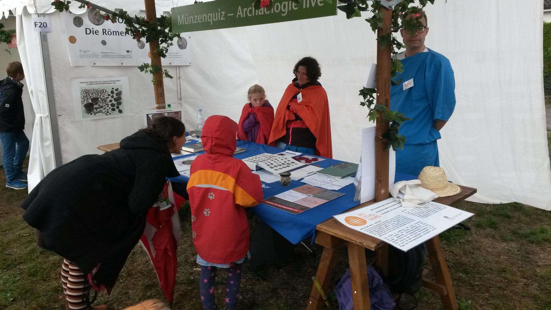 Der trotz Regen gut besuchte Stand des IFS am Römerfest Augusta Raurica