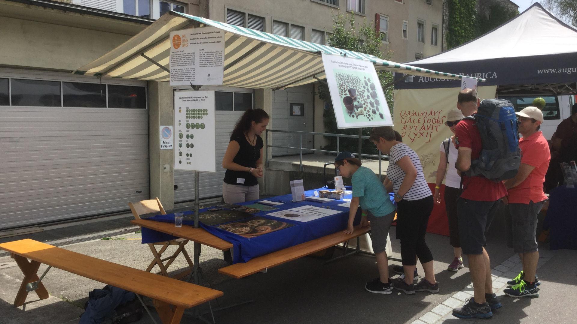 Jacqueline Lauper empfängt am IFS-Stand Besucherinnen und Besucher des Römerfests Vindonissa