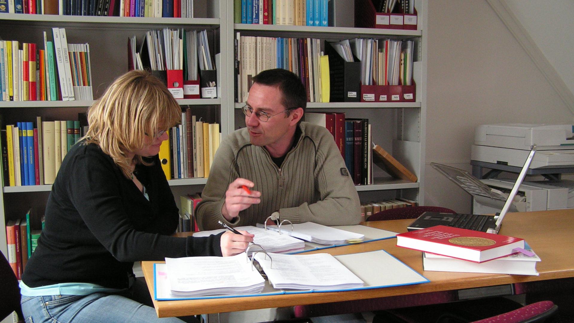 Nicole Schacher et Michael Nick durant des recherches numismatiques