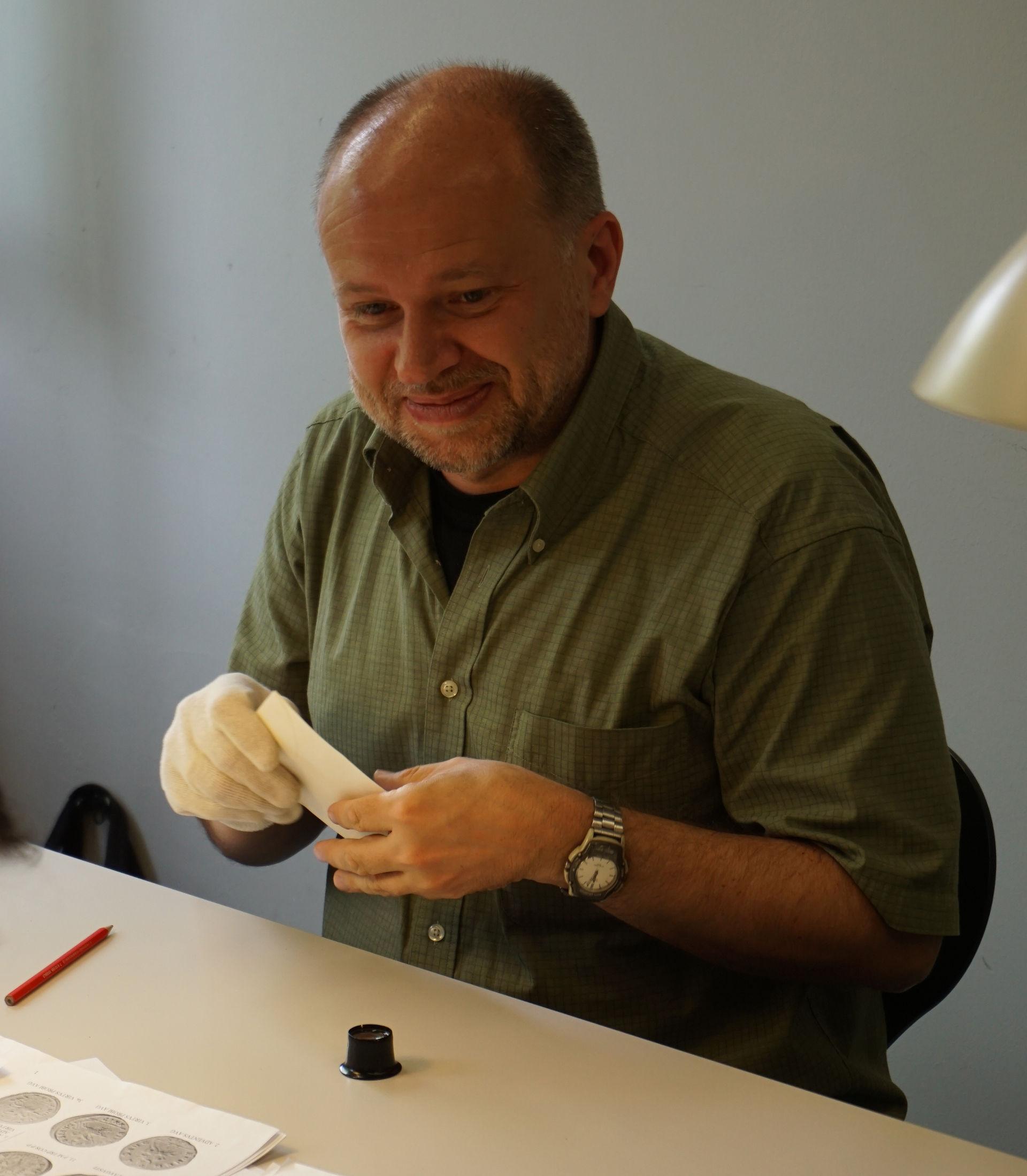 Michael Matzke lors de la première détermination du trésor d'Ueken, en mai 2016 dans les locaux de l'archéologie cantonale d'Argovie, Brugg.